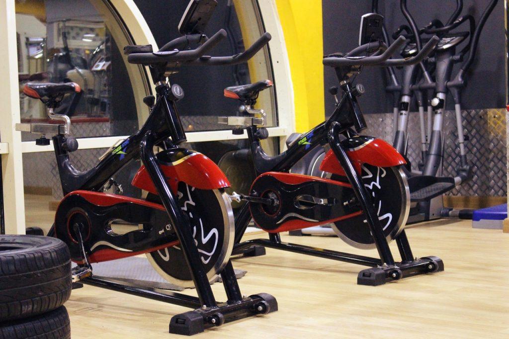vélo d'appartement dans une salle de sport