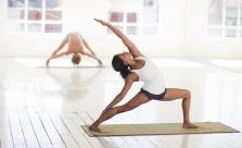 Femme pratiquant ses exercices dans une salle de sport