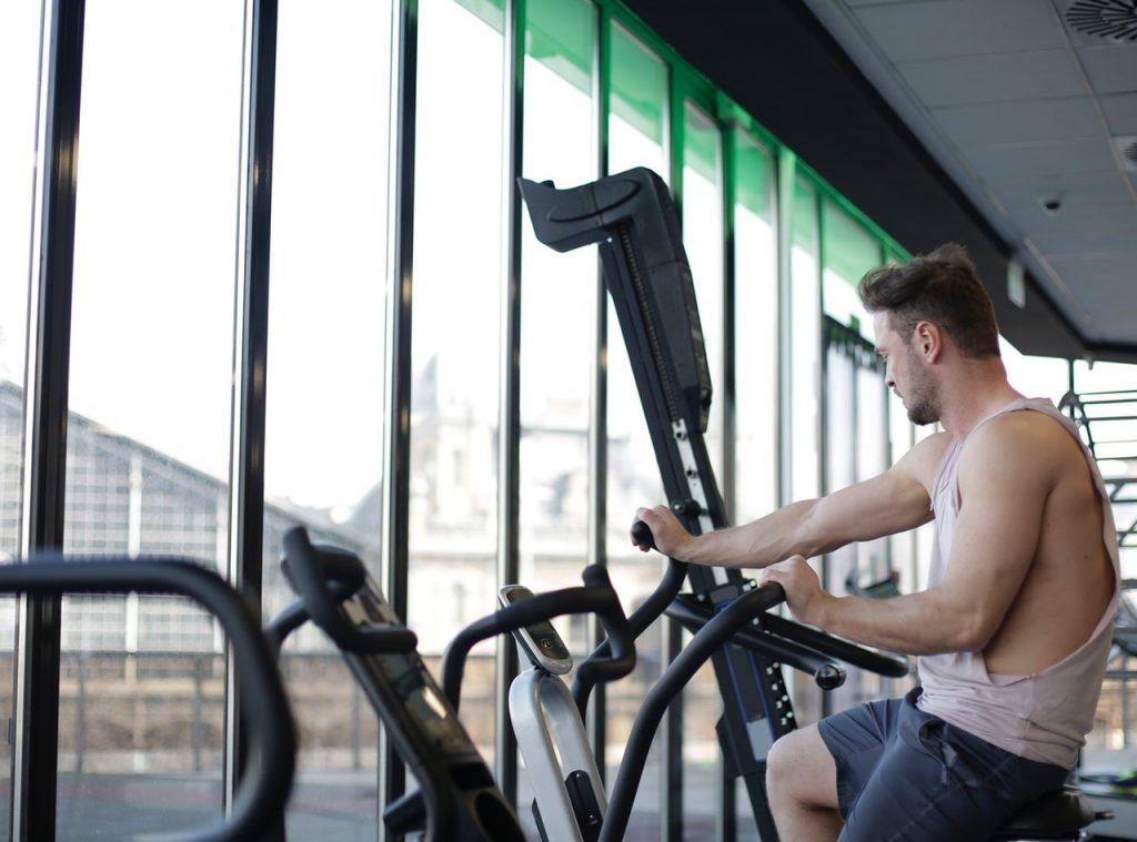 Homme utilisant une machine de sport