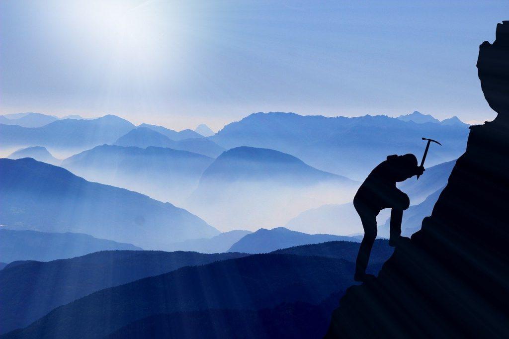 un alpiniste en pleine ascension