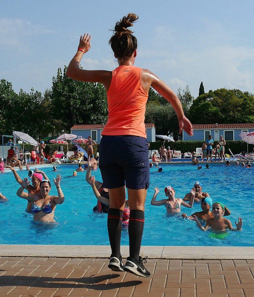 un coach féminin entraîne des femmes à l'aquagym