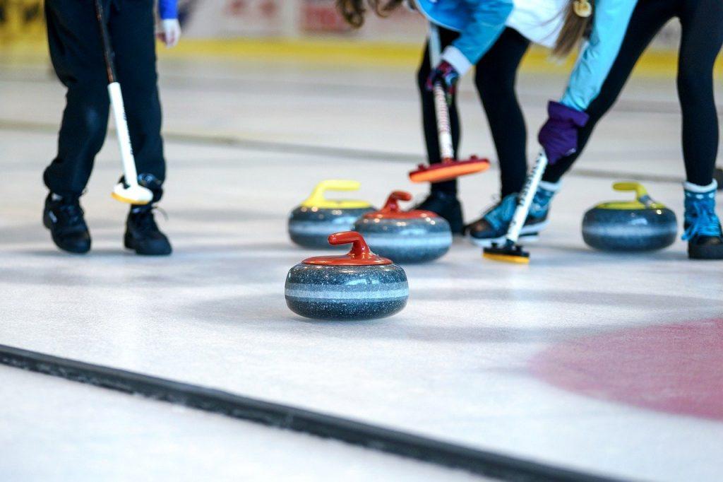 Une compétition de curling, sport en C
