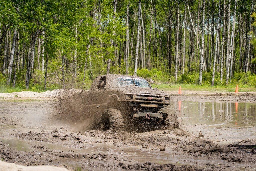 Le mud bogging, un sport automobile extrême qui se déroule dans la boue
