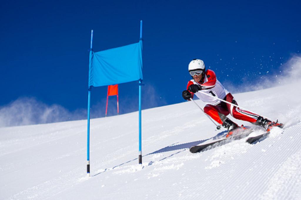 Athlète engagé dans un slalom géant