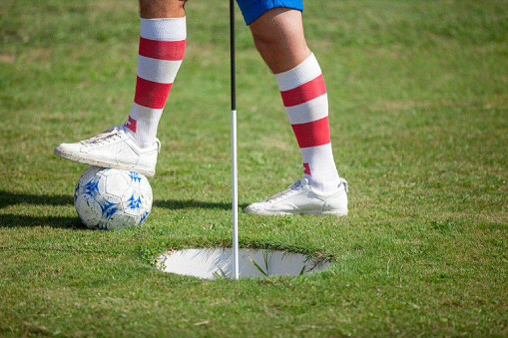 joueur de footgolf en plein match