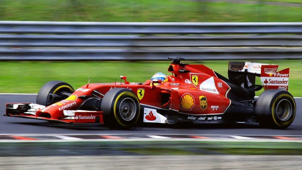 Un pilote de formule 1 aborde un virage avec son bolide lancé à très grande vitesse