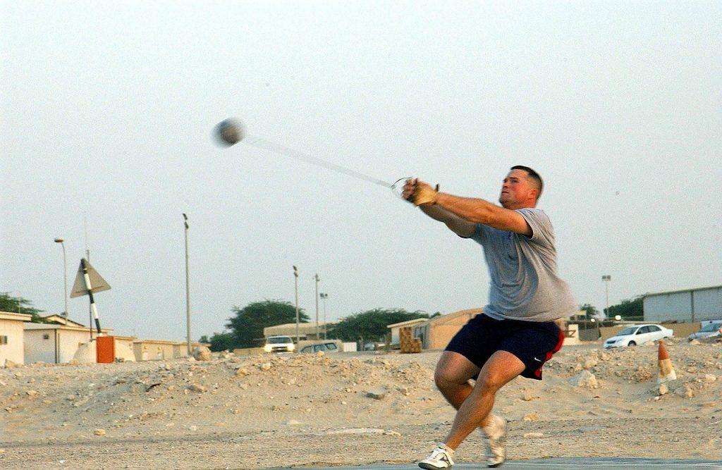 un lanceur de marteau en pleine action