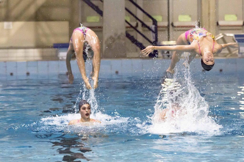 quatre nageuses en pleine démonstration en natation synchronisée