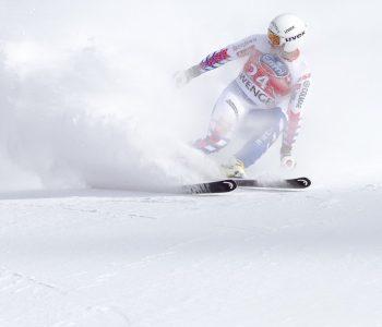 skieur devant une pente