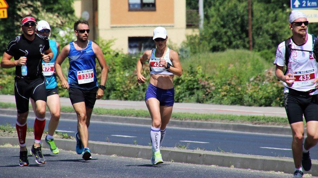 Des coureurs d'un ultra-marathon en pleine course